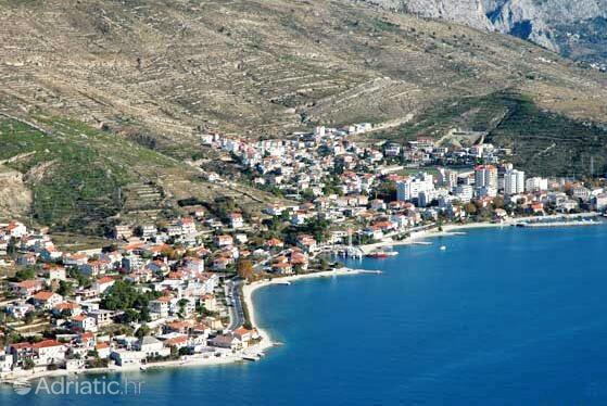 Dugi Rat u rivijeri Omiš (Srednja Dalmacija)