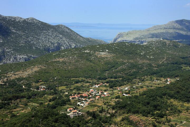 Ostrvica u rivijeri Omiš (Srednja Dalmacija)