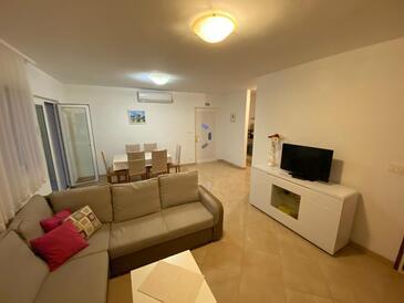 Rogoznica, Obývacia izba v ubytovacej jednotke apartment, klimatizácia k dispozícii, domáci miláčikovia povolení a WiFi.