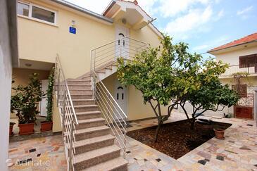Vinišće, Trogir, Property 10008 - Apartments near sea with pebble beach.