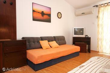 Medvinjak, Living room in the studio-apartment, dostupna klima i WIFI.