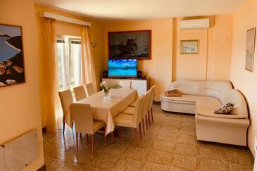 Prižba, Salle à manger dans l'hébergement en type apartment, climatisation disponible, animaux acceptés et WiFi.