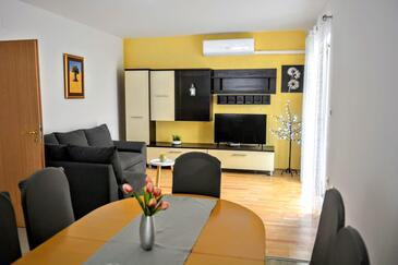 Brna, Living room in the apartment, air condition available and WiFi.