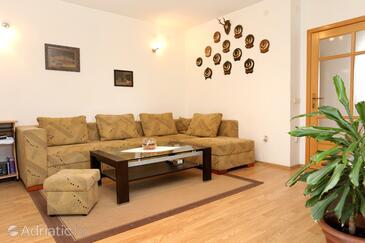 Drače, Obývacia izba v ubytovacej jednotke apartment, klimatizácia k dispozícii a WiFi.