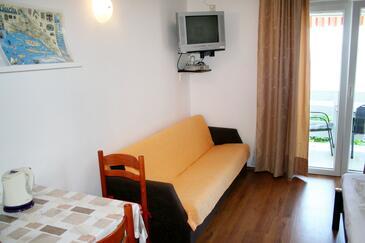 Pisak, Dining room in the studio-apartment, dostupna klima, dopusteni kucni ljubimci i WIFI.