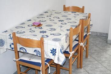 Pisak, Jídelna v ubytování typu studio-apartment, s klimatizací, domácí mazlíčci povoleni a WiFi.