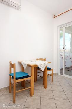 Viganj, Dining room in the studio-apartment, dostupna klima i WIFI.