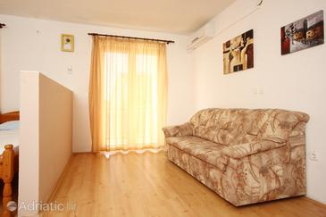 Orebić, Living room in the studio-apartment, air condition available and WiFi.