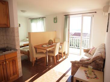 Orebić, Dining room in the studio-apartment, dostupna klima, dopusteni kucni ljubimci i WIFI.
