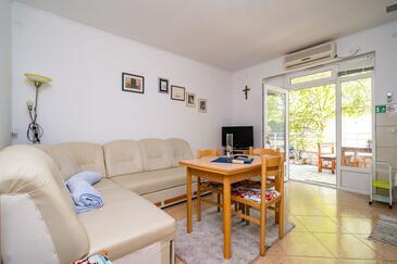 Žuljana, Living room in the apartment, dostupna klima i WIFI.