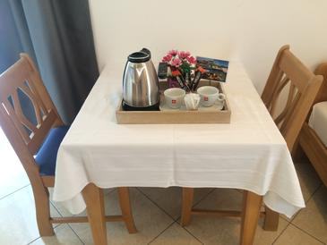 Hodilje, Dining room in the studio-apartment, air condition available and WiFi.