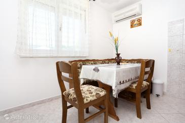 Vinišće, Dining room in the apartment, dostupna klima, dopusteni kucni ljubimci i WIFI.