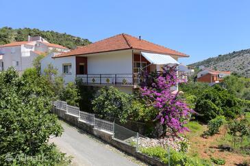 Vinišće, Trogir, Объект 10241 - Апартаменты вблизи моря с галечным пляжем.