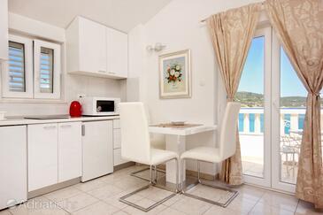 Sevid, Dining room in the studio-apartment, dostupna klima i WIFI.