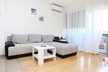 Žrnovnica, Living room in the apartment, dostupna klima.