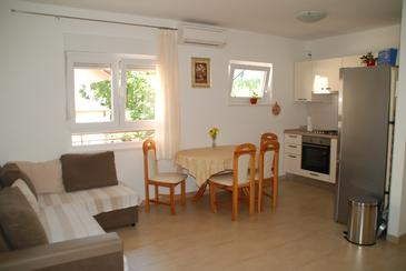 Stanići, Comedor in the apartment, air condition available y WiFi.