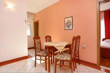 Pisak, Dining room in the apartment, air condition available and WiFi.