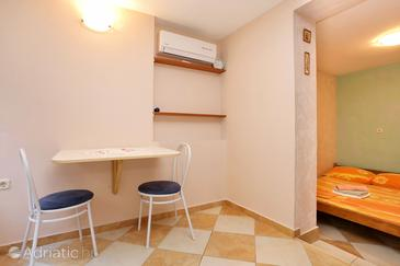 Promajna, Dining room in the studio-apartment, air condition available and WiFi.