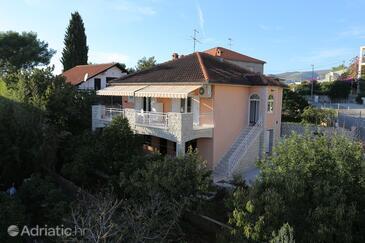 Okrug Gornji, Čiovo, Objekt 10343 - Ubytování s oblázkovou pláží.
