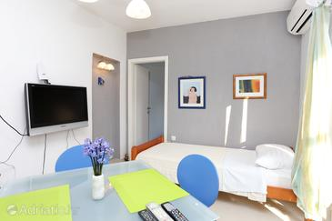 Slatine, Dining room in the apartment, air condition available and WiFi.
