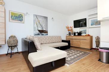 Stanići, Salon dans l'hébergement en type house, climatisation disponible, animaux acceptés et WiFi.