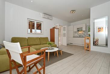 Seget Vranjica, Living room in the apartment, dostupna klima, dopusteni kucni ljubimci i WIFI.