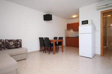 Okrug Gornji, Jedáleň v ubytovacej jednotke apartment, dostupna klima i WIFI.