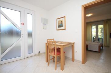 Okrug Gornji, Jedáleň v ubytovacej jednotke studio-apartment, klimatizácia k dispozícii a WiFi.