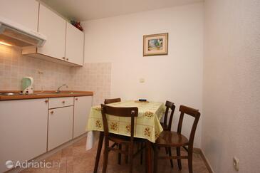Živogošće - Porat, Eetkamer in the apartment, WiFi.