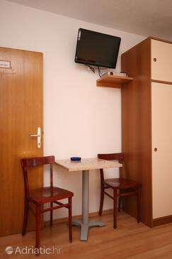 Živogošće - Porat, Eetkamer in the studio-apartment, WiFi.