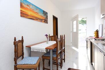 Okrug Gornji, Jídelna v ubytování typu apartment.