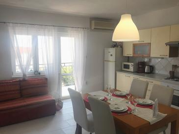 Bušinci, Dining room in the apartment, air condition available and WiFi.
