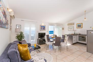 Rastići, Dnevni boravak u smještaju tipa apartment, dostupna klima, kućni ljubimci dozvoljeni i WiFi.