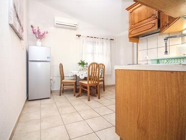 Rogoznica, Dining room in the apartment, dostupna klima, dopusteni kucni ljubimci i WIFI.