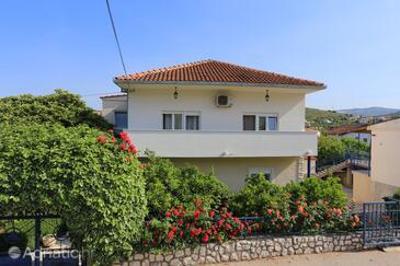 Marina, Trogir, Objekt 1088 - Ubytování s oblázkovou pláží.