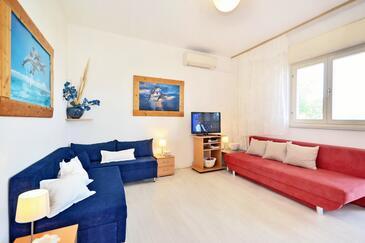Slatine, Living room in the apartment, dostupna klima i WIFI.