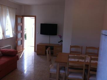 Mala Lamjana, Dining room in the apartment, dostupna klima i WIFI.