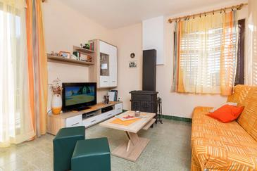 Kanica, Living room in the house, air condition available and WiFi.