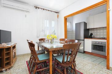 Vinišće, Dining room in the apartment, dostupna klima i WIFI.