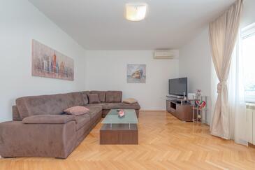 Slatine, Sala de estar in the apartment, air condition available y WiFi.