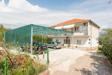 Slatine, Čiovo, Property 11047 - Apartments near sea with pebble beach.
