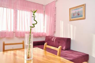 Kaštel Stari, Dining room in the apartment, dostupna klima i WIFI.