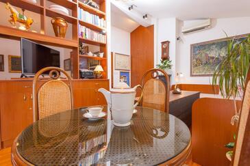 Makarska, Jedáleň v ubytovacej jednotke studio-apartment, dostupna klima, dopusteni kucni ljubimci i WIFI.