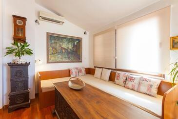 Makarska, Obývací pokoj v ubytování typu studio-apartment, s klimatizací, domácí mazlíčci povoleni a WiFi.