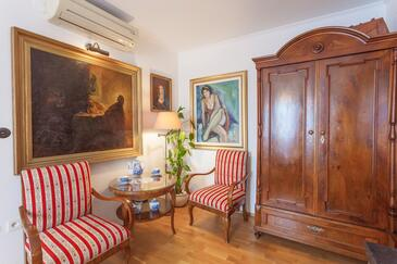 Makarska, Salle à manger dans l'hébergement en type studio-apartment, climatisation disponible, animaux acceptés et WiFi.