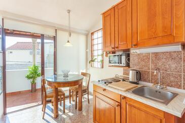 Makarska, Blagovaonica u smještaju tipa studio-apartment, kućni ljubimci dozvoljeni i WiFi.