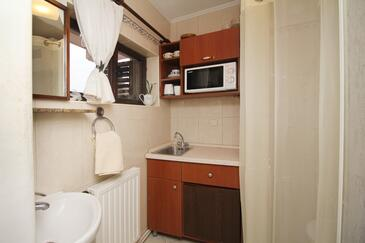 Makarska, Kitchen in the studio-apartment, (pet friendly) and WiFi.