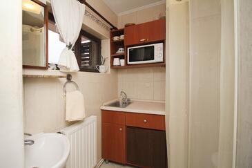 Makarska, Kuhinja u smještaju tipa studio-apartment, kućni ljubimci dozvoljeni i WiFi.