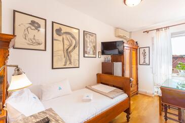 Makarska, Spálňa v ubytovacej jednotke room, dostupna klima, dopusteni kucni ljubimci i WIFI.