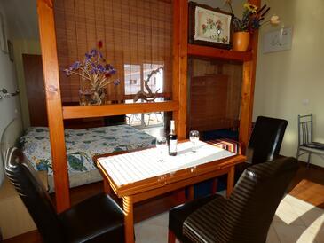 Vinišće, Dining room in the studio-apartment, dostupna klima i WIFI.